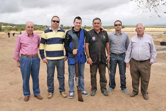 En el centro dos de los destacados tiradores de la provincia en la joranda, junto a autoridades y responsables federativos