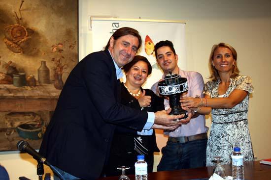 FECICAM Los asistentes a la rueda de prensa muestran el trofeo