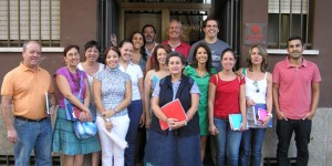 Fermín Gassol (arriba, en el centro) con un grupo de trabajadores y voluntarios de Cáritas Diocesana de Ciudad Real