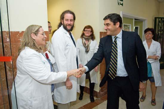José Ignacio Echániz con profesionales sanitarios