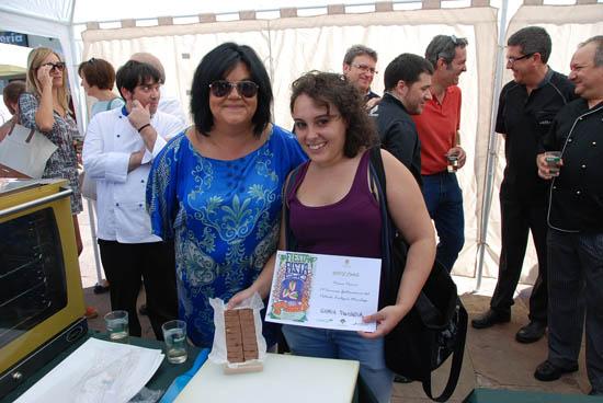 María José Fernández con la ganadora, Gloria Paniagua, y su turrón de chocolate  y pistacho