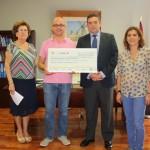 Campo de Criptana: Santiago Lucas-Torres entrega el dinero recaudado en el FIM a la Junta General de Cofradías