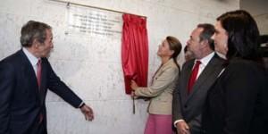 La alcaldesa de Puertollano, Mayte Fernández, observa cómo Cospedal descubre la placa de Elecnor-Deimos (archivo)