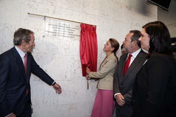 La alcaldesa de Puertollano, Mayte Fernández, observa cómo Cospedal descubre la placa de Elecnor-Deimos