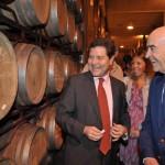 El Mundo asegura que altos cargos socialistas fueron regalados con grandes mariscadas, gemelos, vinos de Vega Sicilia o cuadros por Cuadrifolio