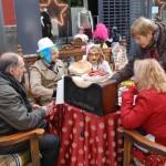 Segunda concentración de corros de máscaras en la mesa camilla del Carnavalcázar