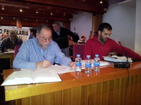 Jesús Manchón, a la derecha, lee el manifiesto de los trabajadores ante el Pleno