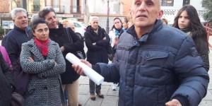 Ramón Álvaro Oña se dirige a los compañeros en el exterior del Ayuntamiento