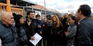 Los miembros del comité informan a los trabajadores de lo ocurrido en la reunión con la empresa