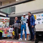 El ciclista puertollanense Carlos Jiménez recibe la felicitación de Indurain tras lograr su tercer podio consecutivo