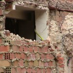 Las obras de demolición del número 5 de la Plaza Cervantes abren un agujero en el muro del bar El Callejón