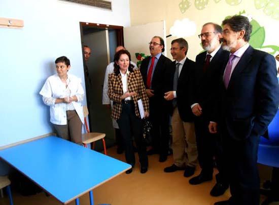 Visitando el estado actual del aula hospitalaria educativa para niños ingresados.