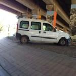 Puertollano: Una furgoneta invade la rotonda de la Virgen de Gracia y colisiona con los pilares del AVE