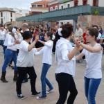 Medio millar de alcazareños se suman al baile popular de la Asociación de Coros y Danzas con motivo del Día Internacional de la Danza