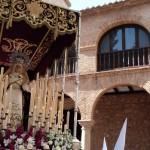 El Cristo de la Expiración procesiona en una calurosa tarde de Viernes Santo
