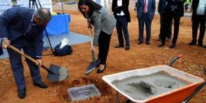 Jiménez y la alcaldesa de Puertollano, Mayte Fernández, durante el acto de colocación de la primera piedra de Leclerc