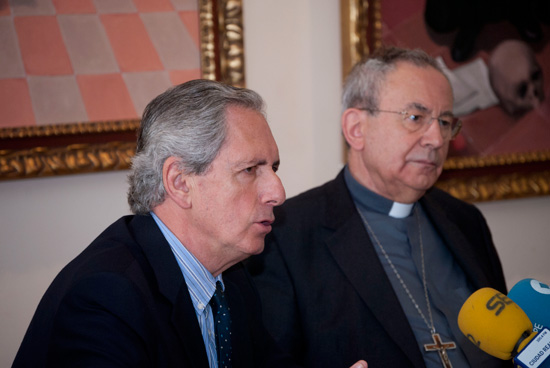 director de Cáritas, acompañado del obispo de Ciudad Real, Antonio Algora