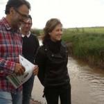 Marina Albiol (IU) visita el río Azuer para denunciar la «ocupación ilegal» y exigir la protección del dominio público de la cuenca del Guadiana