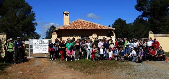 El grupo de senderistas de Ciudad Real posa a la entrada de la finca La Garganta