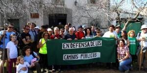 Colectivos enfrente de la Venta de la Inés, reclamando la defensa de los caminos públicos (Archivo)