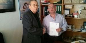 Estepa (derecha) entrega a De Tera la recaudación del concierto en beneficio de la Hermandad de Donantes de Sangre