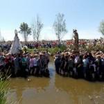 Villamayor celebra su singular encuentro de la Virgen y San José en las aguas del Tirteafuera