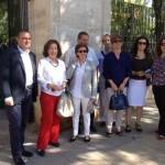 Pilar Ayuso y José Alberto Martín-Toledano visitan el mercadillo de Valdepeñas