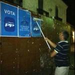 El PP de Villamayor se afana en la tradicional pegada de carteles