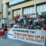 Puertollano: Un centenar de personas se concentran ante el ayuntamiento para reclamar la tercera república