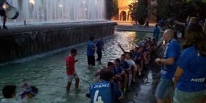 Los jugadores del CD Puertollano celebran el ascenso
