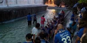 Los jugadores del CD Puertollano, celebrando el ascenso