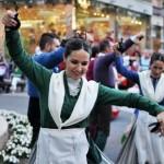 Vídeo y galería de fotos: Pasacalles del XV Festival Folclórico Virgen de Alarcos