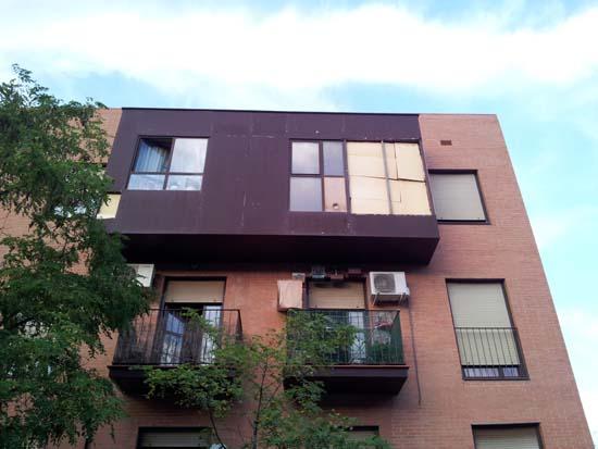 Las placas de la fachada del edificio cae a la calle esporádicamente