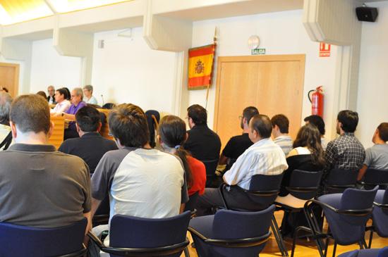 Miembros de la Asamblea Popular junto a la bandera de España