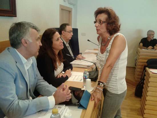 Serrano, hace unos momentos, comunicando su decisión a la alcaldesa de Ciudad Real