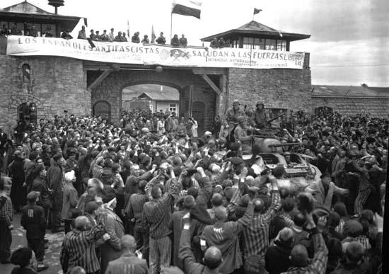 Liberación de Mauthausen bajo una pancarta en español. Foto: wikipedia