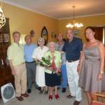 El alcalde de Manzanares visita a una vecina centenaria