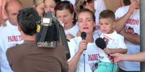Familiares del padre Toño, durante una de las concentraciones en Daimiel para pedir su libertad