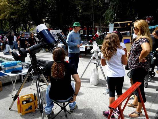 El colectivo Astromanchas mostró a la ciudadanía su pasión por la observación astronómica.
