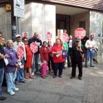 La PAH Puertollano arropa a Toñi Fuentes ante la sucursal de Bankia