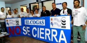Trabajadores y miembros de la hermandad local de donantes de sangre muestran una pancarta en apoyo a la central.