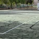 Las maestras del Ciudad Jardín mostraron a la alcaldesa el lamentable estado de una pista deportiva del centro