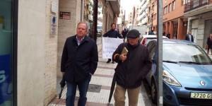 Rodríguez (izquierda) y Pizarro, a su salida de los juzgados, seguidos por un manifestante