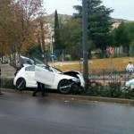 Puertollano: Un turismo impacta contra una farola al salir de una rotonda y el conductor abandona el vehículo en plena calle