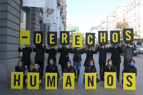 Activistas de Amnistía Internacional en una acción junto al Congreso de los Diputados