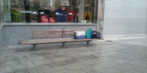 Las pertenencias del mendigo permanecían esta mañana en un banco