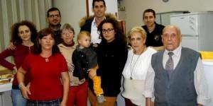 Marina y Jesús (centro de la imagen) junto a familiares, representantes de Libertad y Javier Bermejo