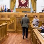 El presidente de las Cortes de Castilla-La Mancha expulsa a seis diputados socialistas por llevar una camiseta contra el cierre de Elcogas