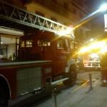 Los bomberos apagan un incendio en una vivienda de la calle Alonso Quijano
