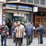 La 'ilusión' se esfuma con 39 millones de euros: Colas en las administraciones de lotería para cobrar el pellizco del sorteo extraordinario de Navidad